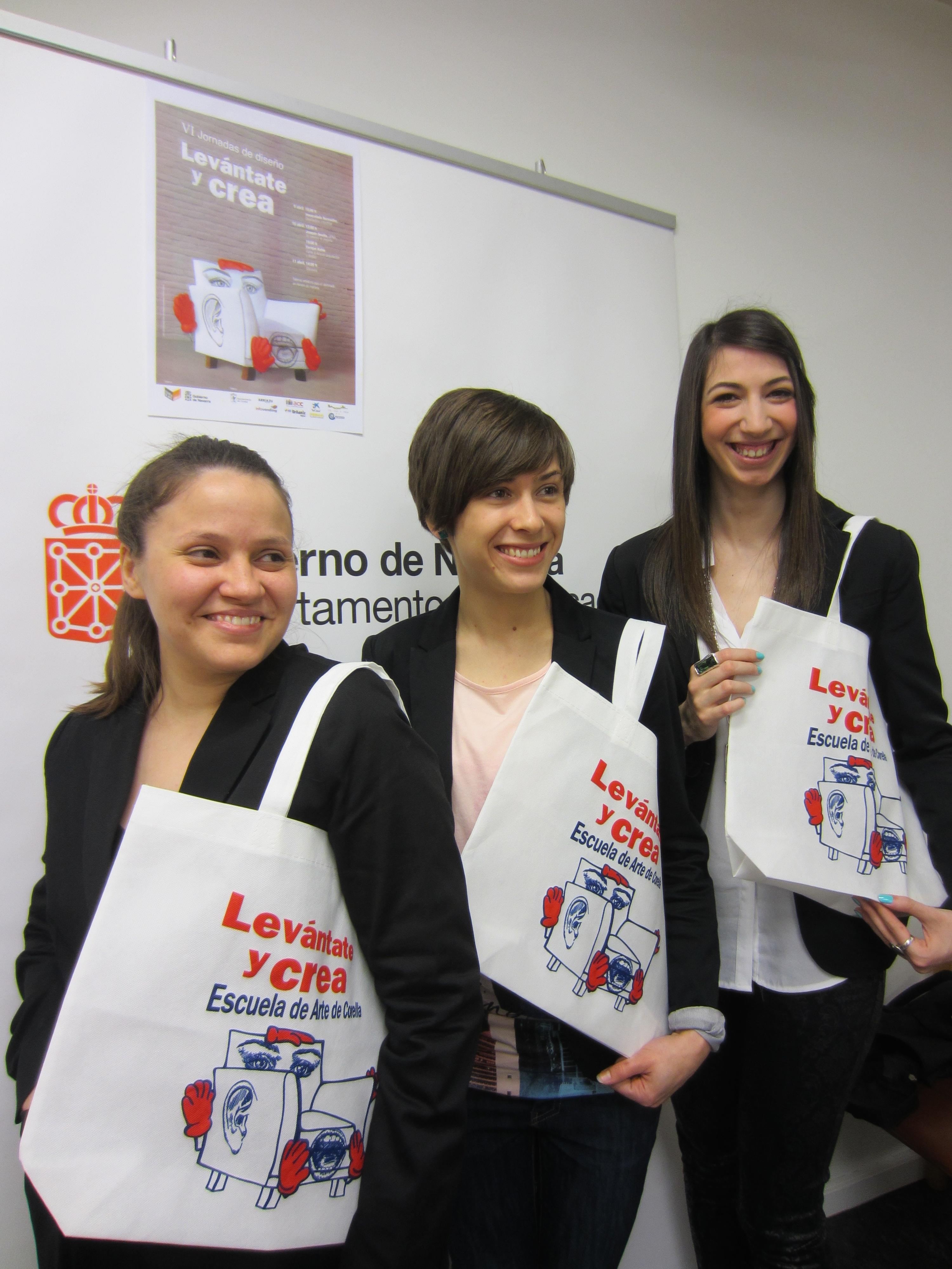 Tres alumnas de la Escuela de Arte de Corella presentan el logotipo de las VI Jornadas de Diseño
