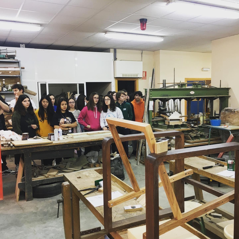 Alumnado observando muebles en ecodiseño