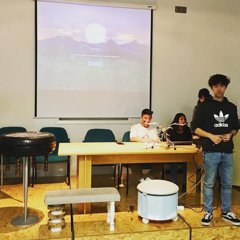 Alumno presentando su obra en ecosdiseño