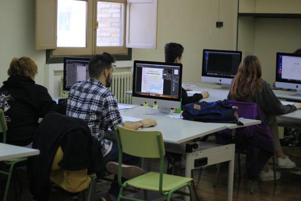 Grado medio asistente al producto gráfico interactivo trabajando en el aula